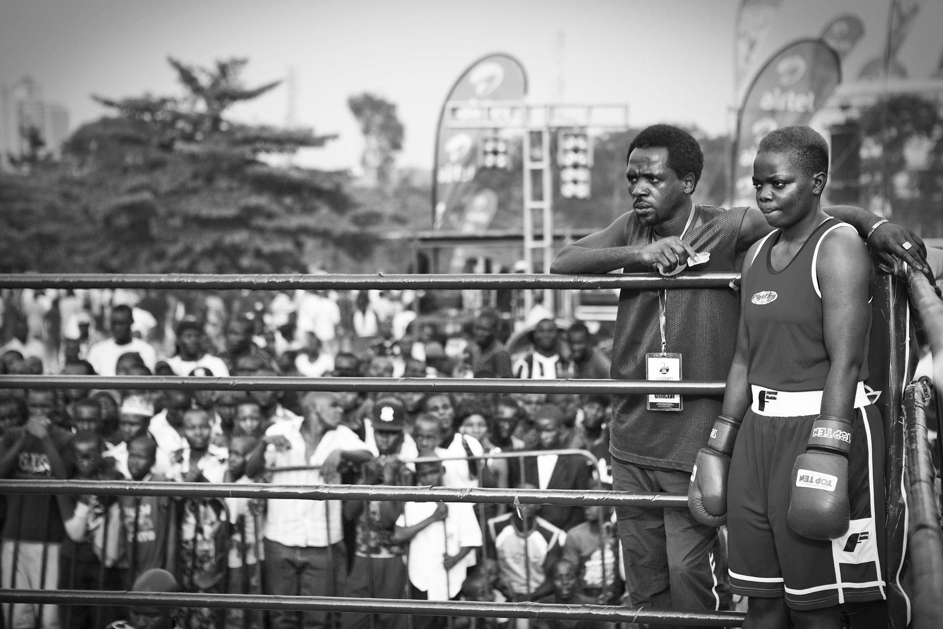 Diana og trener Innocent på kampen mot Kenya